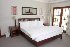 Plett Self-Catering Cottages - Clivia Cottage Lounge